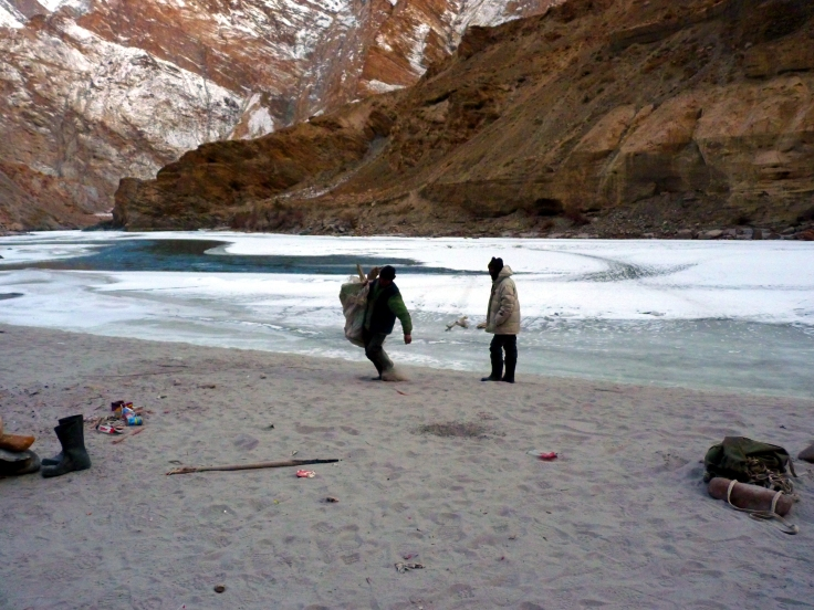 Porters_are_collecting_drift_wood_for_fire_on_chadar